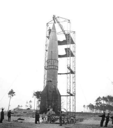 Raketenrampe mit V2Bundesarchiv, RH8II Bild-B2055-44 / CC-BY-SA 3.0 via Wikimedia Commons