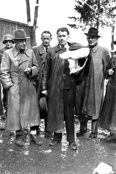 Wernher von Braun am 3. Mai 1945, nach ihrer Verhaftung durch US-TruppenBy T5C. LOUIS WEINTRAUB [Public domain], via Wikimedia Commons