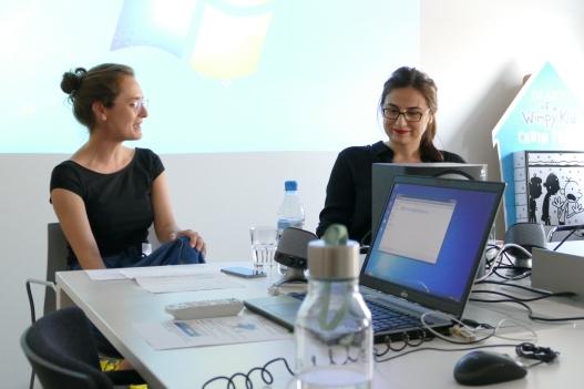 Debütantin Karosh Taha mit ihrer Lektorin Angela Tsakiris im Gespräch