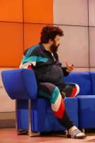 Der Preis fürs coolste Outfit auf dem Blauen Sofa geht an Oliver Polak
