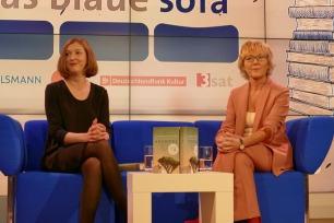 Buchpreisträgerin Inger-Maria Mahlke mit Luzia Braun auf dem Blauen Sofa
