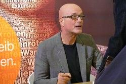 """Der Schauspieler Chrstian Berkel signiert seinen Roman """"Der Apfelbaum"""""""