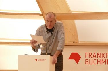 """Robert Seethaler liest am viel zu niedrigen Pult aus """"Das Feld"""""""