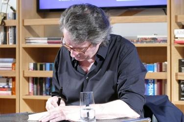 """Ralf Rothmann signiert seinen Roman """"Der Gott jenes Sommers"""""""