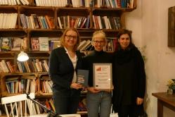 """Bozena Anna Badura und Sarah Jäger von """"Das Debüt"""" mit der Preisträgerin Bettina Wilpert © Petra Reich"""